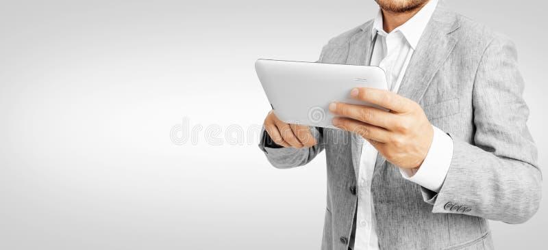 Zakenman die een tabletpc werken - het Knippen Weg royalty-vrije stock afbeelding