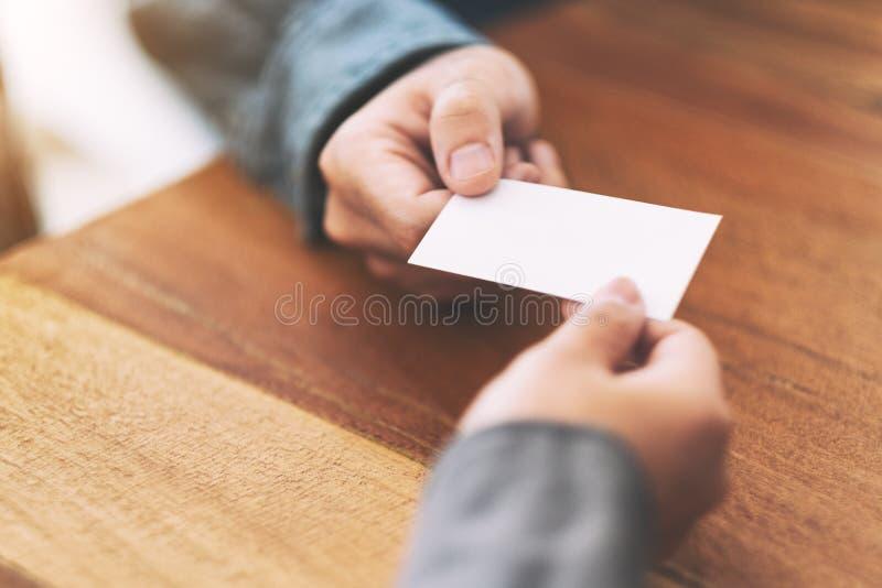Zakenman die en leeg adreskaartje houden ruilen royalty-vrije stock afbeelding