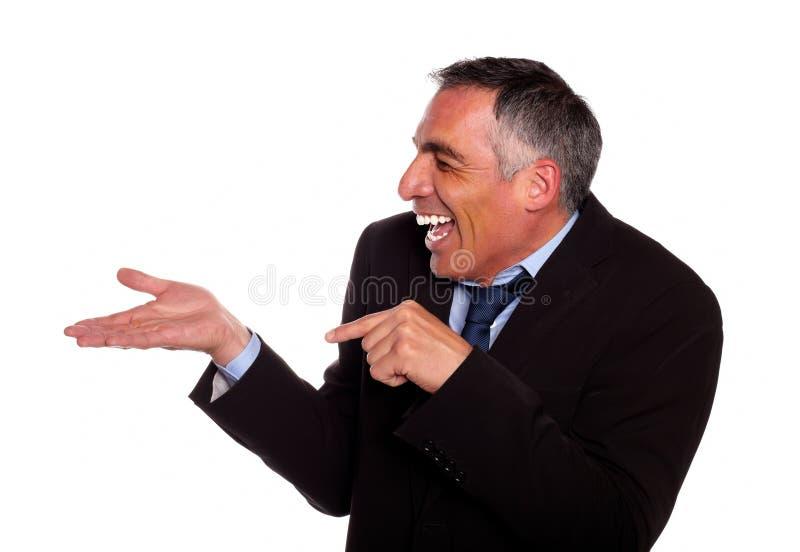 Zakenman die en uitgebreide hand richt lacht stock afbeeldingen