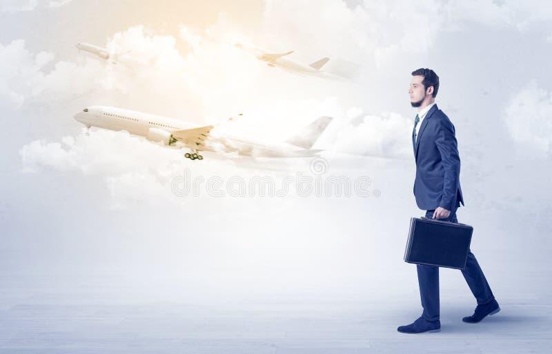 Zakenman die ergens met vliegtuig gaan stock fotografie