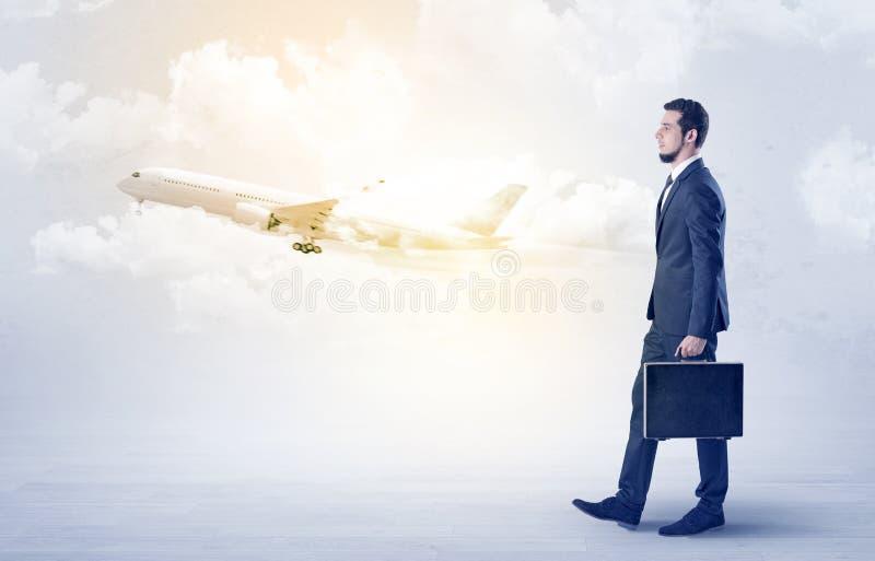 Zakenman die ergens met vliegtuig gaan royalty-vrije stock foto's