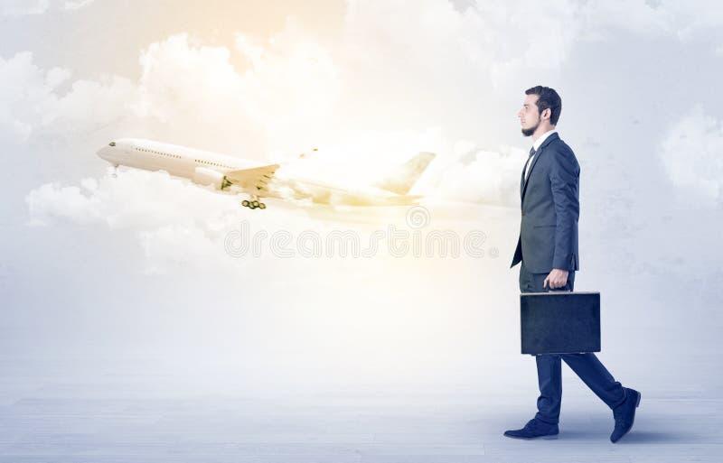 Zakenman die ergens met vliegtuig gaan royalty-vrije stock foto