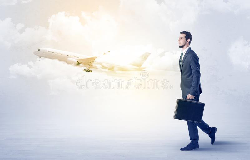 Zakenman die ergens met vliegtuig gaan royalty-vrije stock afbeeldingen