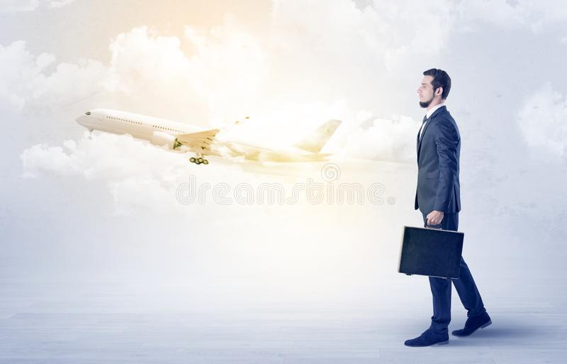 Zakenman die ergens met vliegtuig gaan royalty-vrije stock afbeelding