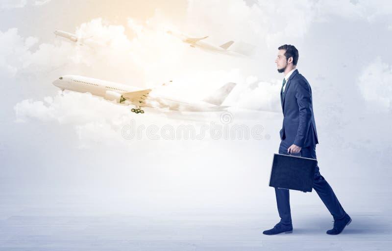 Zakenman die ergens met vliegtuig gaan stock foto