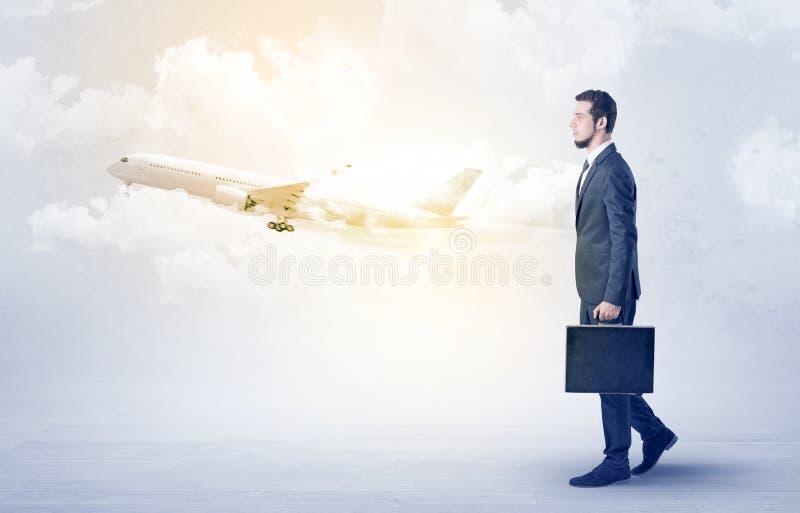 Zakenman die ergens met vliegtuig gaan stock afbeeldingen