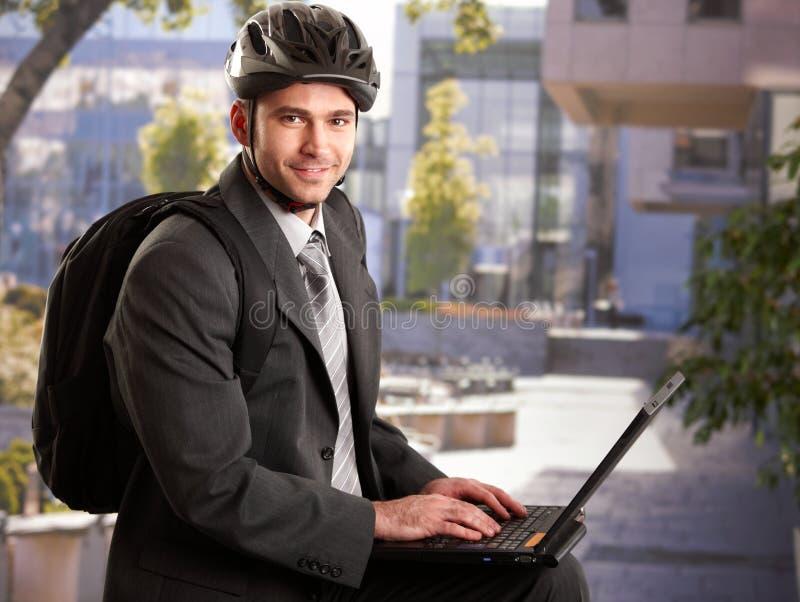 Zakenman die fietshelm draagt stock fotografie