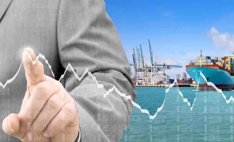 Zakenman die financiële grafiek analyseren bij ladingsterminal royalty-vrije stock foto's