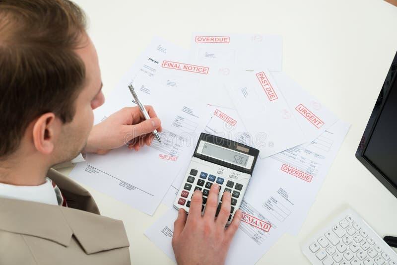 Zakenman die financiële rekeningen berekenen stock afbeeldingen