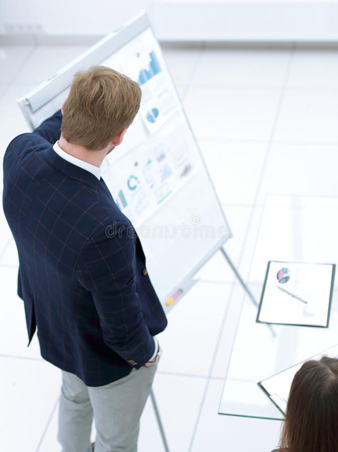 Zakenman die flipchart presentatie geven die idee verklaren aan diverse partners royalty-vrije stock foto
