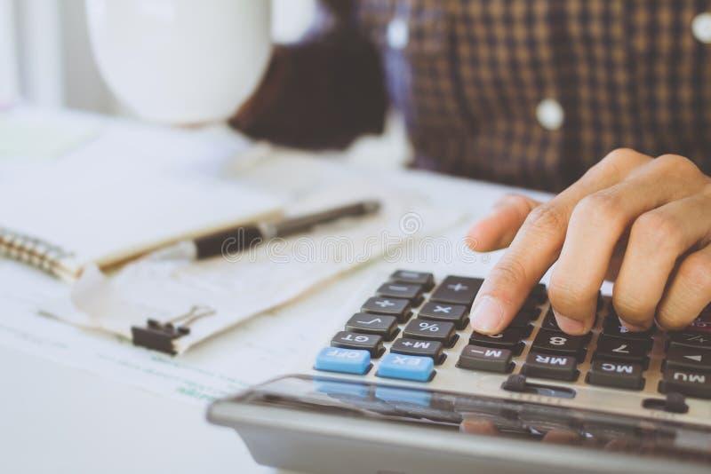 zakenman die gebruik maakt van calculator Calculating bonus& x28;Of andere compensatie& x29; aan werknemers om productiviteit op  royalty-vrije stock foto