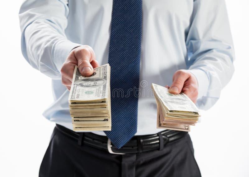 Zakenman die geld aanbieden aan u stock afbeeldingen