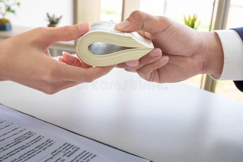 Zakenman die geld geven terwijl het maken van overeenkomst royalty-vrije stock afbeeldingen