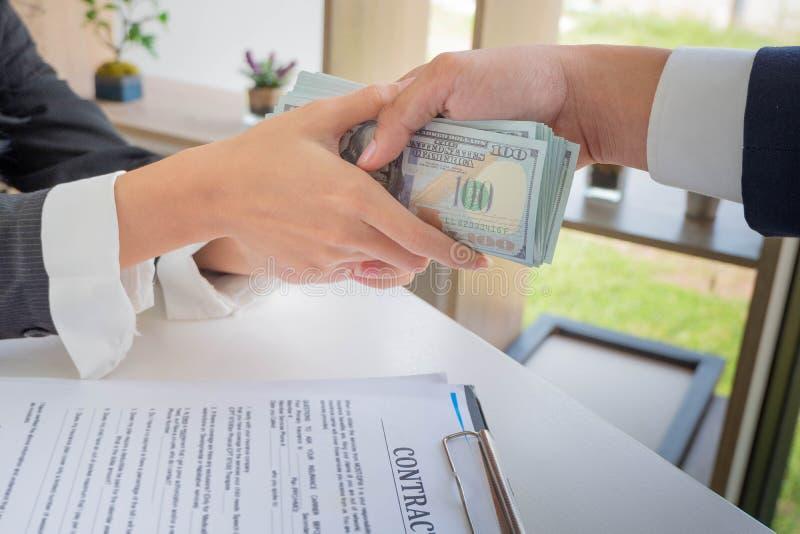 Zakenman die geld geven terwijl het maken van overeenkomst stock afbeeldingen