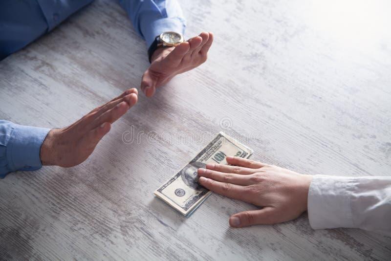 Zakenman die geld weigeren Omkoperij en corruptieconcept royalty-vrije stock afbeeldingen