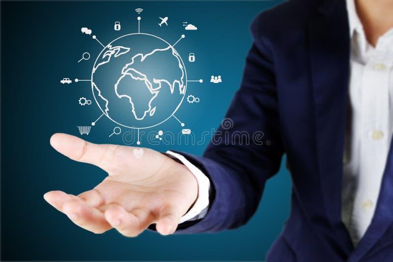 Zakenman die globaal met lijnpictogram richten van IOT Internet van stock foto