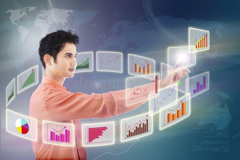 De zakenman kiest grafiek op touchscreen royalty-vrije illustratie