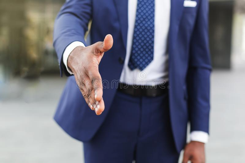 Zakenman die hand voor groet uitbreiden Het concept van de bedrijfsvennootschapvergadering stock foto's