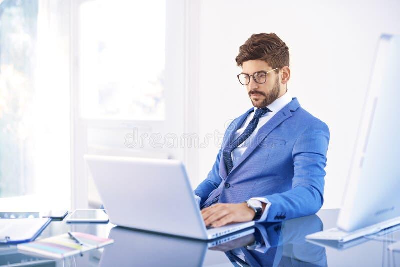 Zakenman die in het bureau werken royalty-vrije stock afbeeldingen