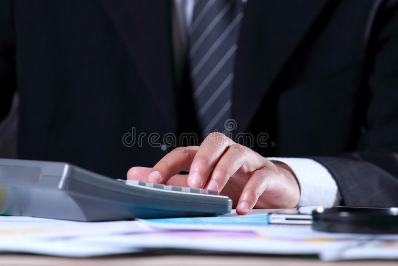 Zakenman die in het bureau werkt royalty-vrije stock afbeeldingen