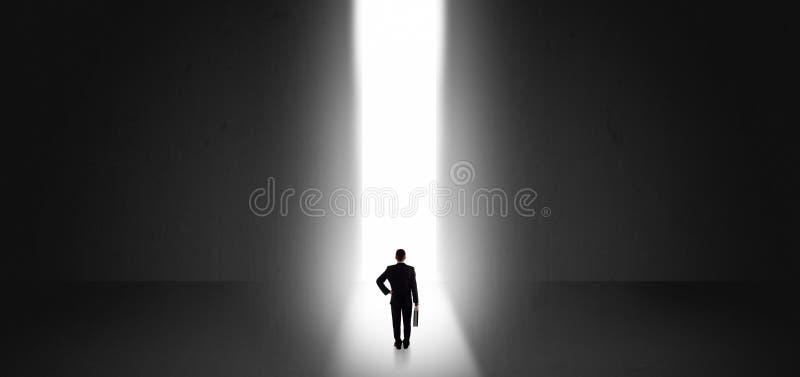 Zakenman die het licht aan het eind van iets zien stock afbeelding