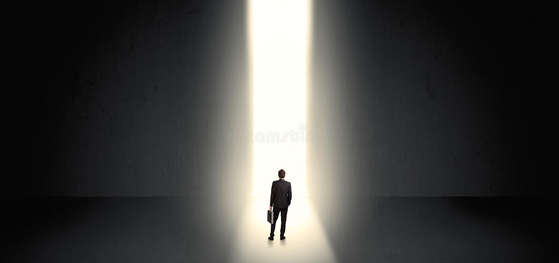 Zakenman die het licht aan het eind van iets zien royalty-vrije stock fotografie
