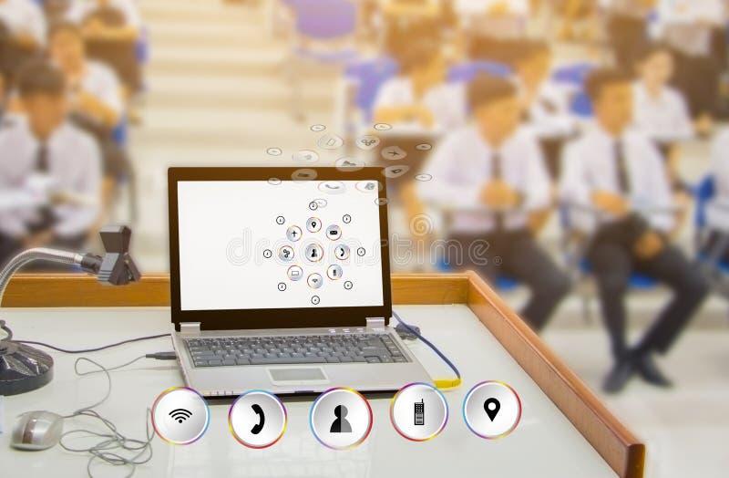 Zakenman die het sociale het onderwijs van het netwerk toekomstige vervoer leren op de markt brengen het concept sluit computer a royalty-vrije stock afbeeldingen