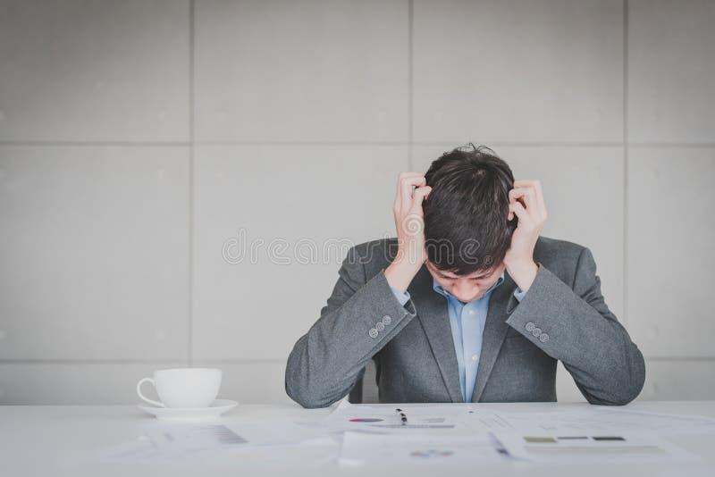 Zakenman die hoofdpijn en spanning voelen stock afbeelding