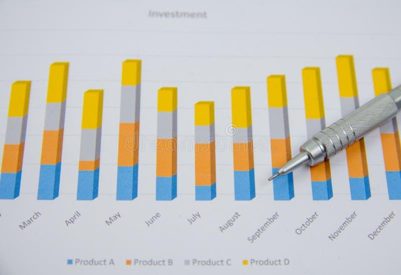 Zakenman die investeringsgrafieken analyseren op het zijn werk stock foto's