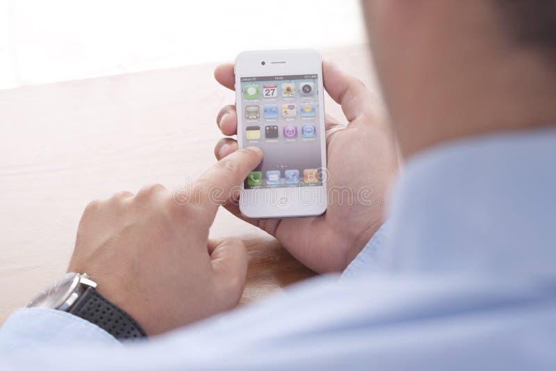 Zakenman die Iphone gebruiken stock foto's