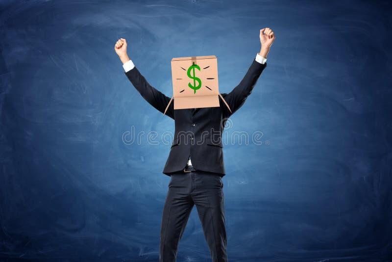 Zakenman die kartondoos met getrokken dollarteken dragen op zijn hoofd royalty-vrije stock foto