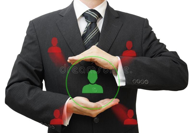 Zakenman die klant of personeel beschermen tegen competi stock afbeelding