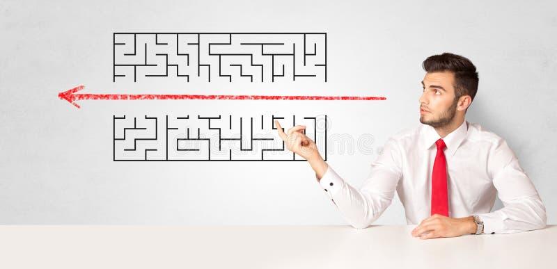 Zakenman die labyrint voorstelt royalty-vrije stock afbeelding