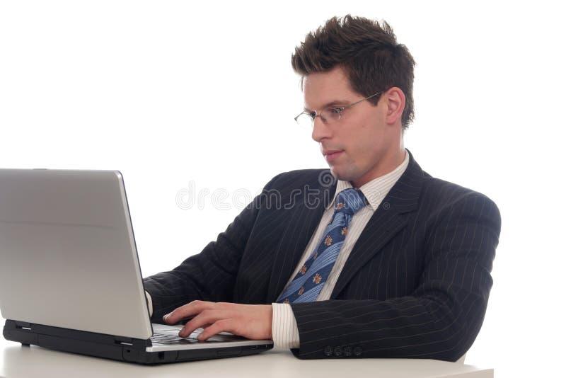 Zakenman die laptop met behulp van royalty-vrije stock fotografie