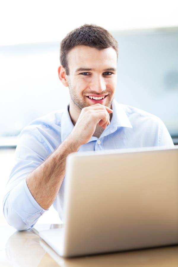 Zakenman die laptop met behulp van stock afbeeldingen