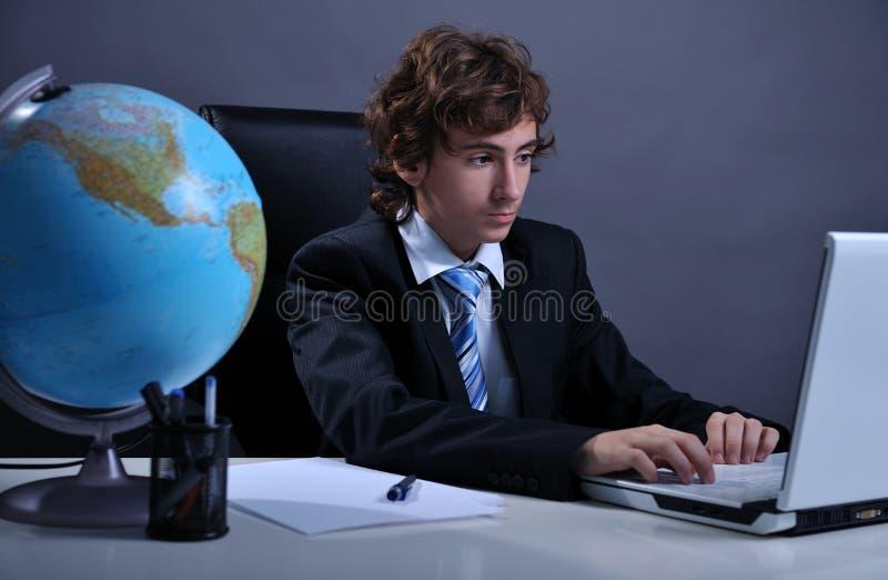 Zakenman die laptop met behulp van royalty-vrije stock afbeelding
