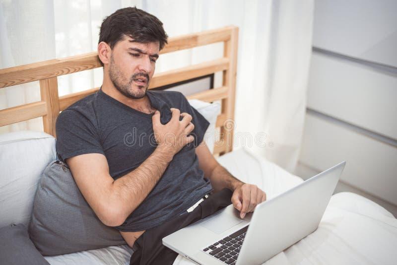 Zakenman die laptop symptoom van de de hartaanvalmislukking van de computer het nachtelijke oorzaak gebruiken Gezondheidszorg en  royalty-vrije stock foto