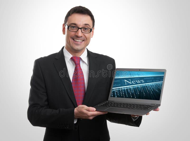Zakenman die laptop tonen stock foto's