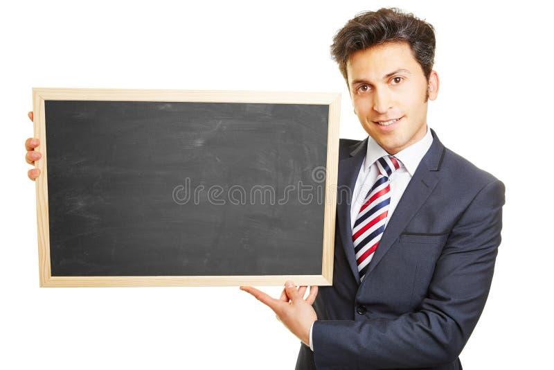 Zakenman die leeg bord voorstellen stock afbeelding