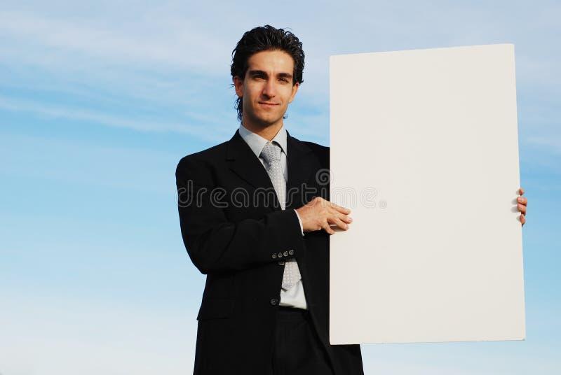 Zakenman die lege raad houdt stock foto's