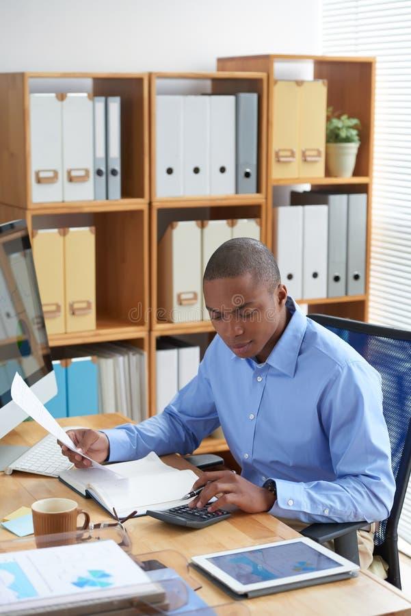 Zakenman die met financiële documenten werkt stock fotografie