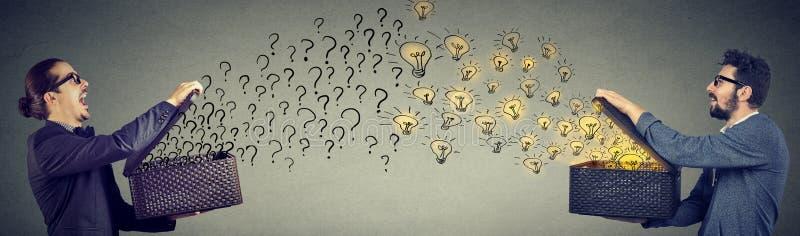 Zakenman die met ideeën en vragen ruilen stock foto's