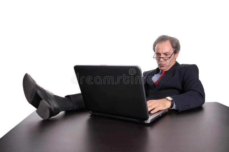 Zakenman die met laptop werkt royalty-vrije stock fotografie