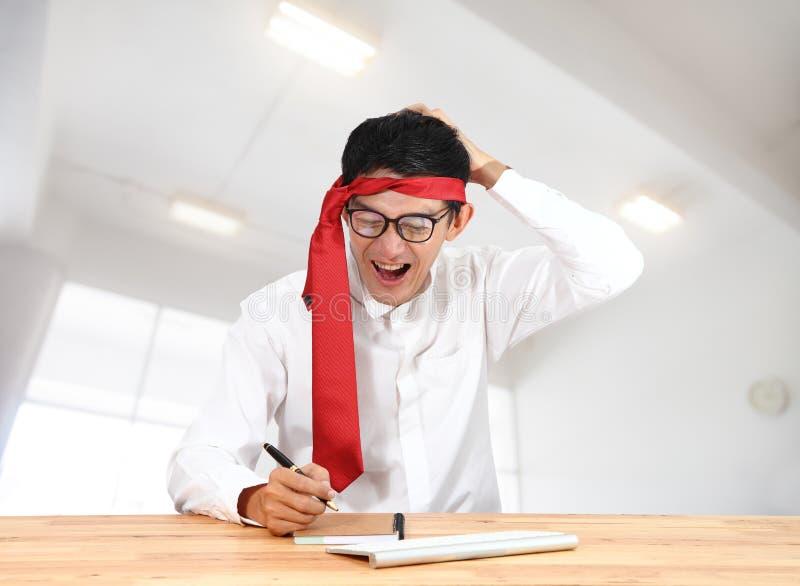 Zakenman die met notitieboekje op kantoor schrijft Aziatisch zakenmanth stock foto's