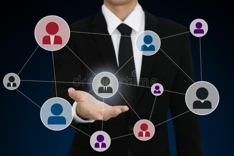 zakenman die met open hand sociaal netwerkpictogram voorstellen stock foto
