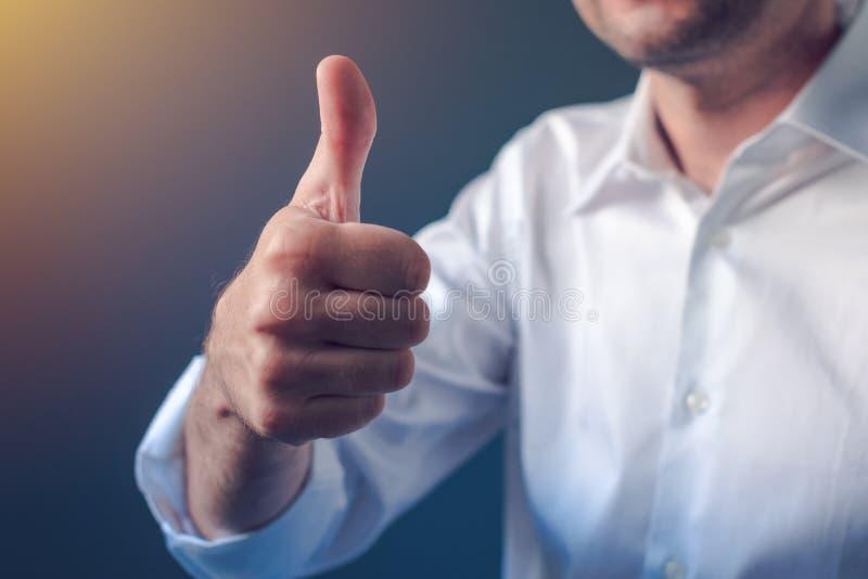 Zakenman die met opgeheven duim op gebaar goedkeuren royalty-vrije stock afbeelding