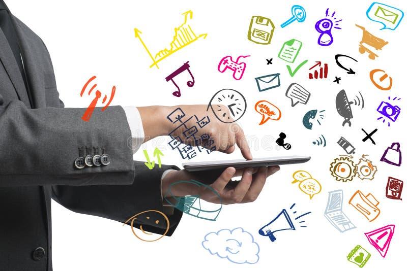 Zakenman die met tablet en sociale media werken