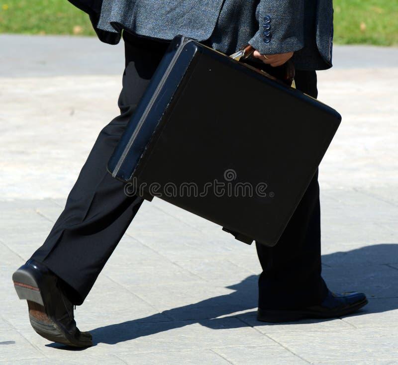 Zakenman die met zak lopen - Zaken op het looppasconcept stock afbeelding