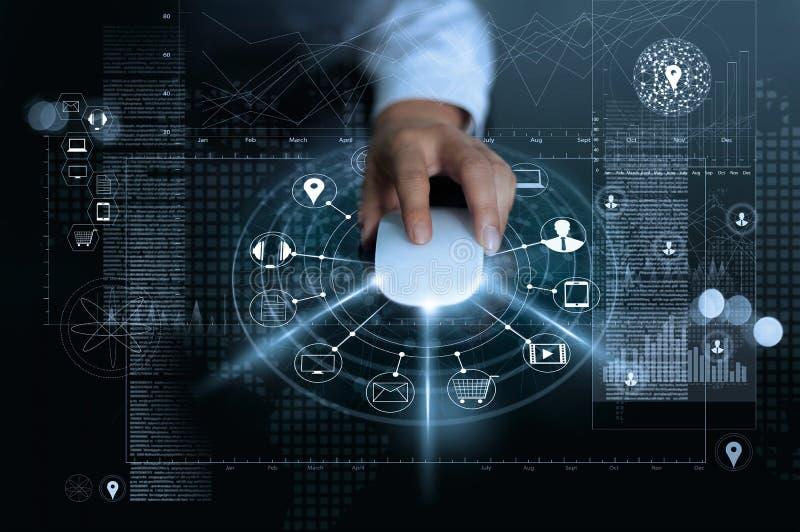 Zakenman die muisbetalingen het online winkelen en het netwerkverbinding van de pictogramklant op globale informatieachtergrond g stock afbeeldingen