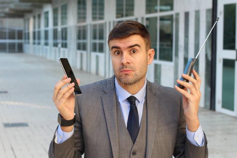 Zakenman die nieuwe en oude telefoon vergelijken royalty-vrije stock foto's